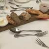 Rosinenbrot, Roggenbrot, dunkles Baguette, heller Baguette-Zweig, mit Butter und Aufstrich mit getrockneten Tomaten.