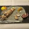 Fruits de Mer: Thunfisch im Noriblatt | Gebratene Jakobsmuschel | Kaisergranat | Garnelen-Kimchi-Ceviche | pochierte Vongole (Venusmuschel) | Kaffir-Limetten-Creme | schwarze Sesamhippe