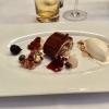 Bouche de Noel | karamellisierte weiße Schokoladen-Mousse | dehydrierte Rotweinbirne | Florentiner | Tonkabohnen-Eis