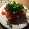 Bruschetta-Ciabatta-Brot mit in Olivenöl, Knoblauch und Basilikum marinierten Tomaten, dazu Rucola