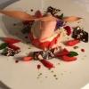 Buttermilchtörtchen mit Mandelbisquit, marinierte Erdbeeren und Rhabarbereis