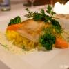 Filet_vom_Zander auf der Haut gebraten mit Safranrisotto, Gemüse und Kräuterschaum