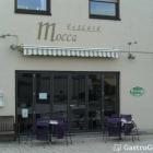 Foto zu Eiscafé Mocca: Das Eiscafé Mocca mit Tischen und Stühlen zum draußen sitzen