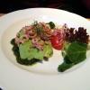 Krabbenteller mit Avocado, Salat und Pesto