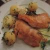 Lachsfilet mit Zitronenbutter, Salzkartoffeln und Gemüsestroh