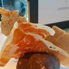 Foto zu Se7en Oceans · Gourmetrestaurant · Europa Passage · 2.OG: Knuspriger Schinken und Knäcke
