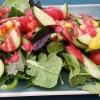 Großer Beilagensalat mit Himbeerdressing (vor der Zugabe von Essig und Öl)