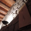 Sandsteinwand mit freiliegenden Gebälk