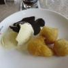gebackene Bananen mit Eis und Schokosoße