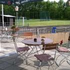Foto zu Gaststätte Eller: Ausschnitt Große Terrasse mit Blick auf Sportplatz