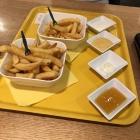 Foto zu Karo Einfach: Pommes, Pommes halb, 4 Saucen
