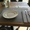 Vom Gast eingedeckter Tisch