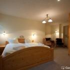 Foto zu Ungerberg: Liebevoll eingerichtete Zimmer mit traumhaften Betten und Wandmalereien.
