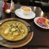 """""""Arabische Pfanne"""" mit Hähnchenbrust, Ananas, Banane, Erbsen und Rosinen in Curry-Sahnesauce, mit Reis und Beilagensalat."""