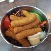 Leckere Mozzarella-Sticks auf Salat mit hausgemachtem Dip für 6,93 €