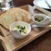 Vorab: frisches Brot mit Dip und Oliven