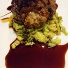 Foto zu Arens Restaurant · Hotel Haus am Weinberg: Mit Zwiebelmarmelade gefüllte Frikadelle auf Wirsing-Curry. Keine Experimente