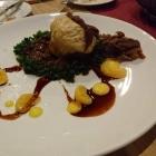 Foto zu Arens Restaurant · Hotel Haus am Weinberg: Dampfnudel mit Wildschweinragout gefüllt, Grünkohl und Mandarinen 26,00 €