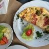 Eieromelette mit Schinkenstreifen dazu Butterkartoffeln und Rahmsalat (6,50 €