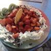 Pizza Pomodoro - Vanillieeis mit Sahne und Erdbeeren