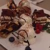 Dessertauswahl, Tiramisu, Profiteroles, Pflaumenkuchen und Obst
