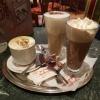 Café Crema für 2,80 €,  ein Latte Macciato für ebenfalls 2,80 € und eine Schokomilch mit Sahne für 3,00 €