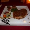 •Schweinemedaillons mit Schwarzbrot-Pfefferkruste  auf Dunkelbiersauce mit Speckböhnchen