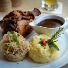 Foto zu Brauhaus Aloysianum: Knusprige Schweinshaxe mit Sauerkraut und Stampfkartoffeln