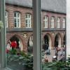 Blick aus dem Fenster zum Rathaus