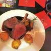 Hirschkarree auf Holunderglace mit getrüffelten Kartoffelplätzchen und Orangen-Rotkohl