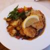 zwei kleinen panierten Schnitzel vom Schwein mit frischen Sommergemüse aus der Region und Bratkartoffeln für 13,20 €