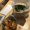 """""""Shiso-Burger"""" mit mariniertem Thunfisch und Kimchi als Beilage."""