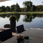Foto zu SAN ELMA · Golfpark Bachgrund: Blick vom Restaurant zum See u. Golfbereich  am  22.08.18