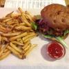 Cheeseburger mit Bacon und Pommes