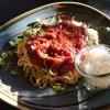 Spaghetti mit Tomaten, geschmort in Röstgemüse