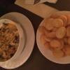 Gyros mit Metaxa-Sauce, Kartoffelchips und Salat