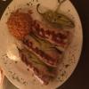 Suflaki gefüllt mit Schafskäse mit Tomatenreis und Salat