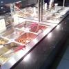 Eine Seite des Hauptspeisenbuffets. Auf der anderen Seite waren die großen Gerichte, hier hauptsächlich Snacks und gebratenes Fleisch
