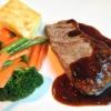 Gegrilltes Rumpsteak mit Gemüse der Saison und Kartoffelgratin
