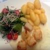 Gegrillte Jakobsmuscheln mit Weißweinsauce, Butterkartoffeln und knackigem Blattsalaten