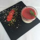 Foto zu Landgasthaus Brüers: Dessert - Sauerrahmcreme mit Erdbeerpüree