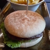 Klassik-Burger + Pommes