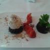 Gateau Chocolate mit Erdbeeren und Eis