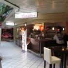 Foto zu Asia Imbiss Paradies: Blick auf die Theke mit Sitzbereich