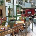 Foto zu Asia Imbiss Paradies: Blick auf den Sitzbereich mit Fahrstuhl