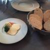 Brot mit Trüffelbutter und Butter mit Meersalz