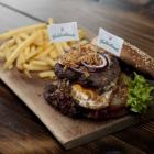 Foto zu Waldschänke: Waldschänkenburger mit Spiegelei, Röstzwiebeln und hausgemachten Pommesfrites