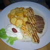 Gemischter Fleischteller (Souflaki, Roasbeef, Schweinefilet, Hähnchenbrust) und Kartoffelchips (15,80 €)