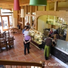 Foto zu Cafe im Schafstall: Blick auf die Kuchentheke