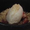 Eis auf Erdbeeren und Crumble